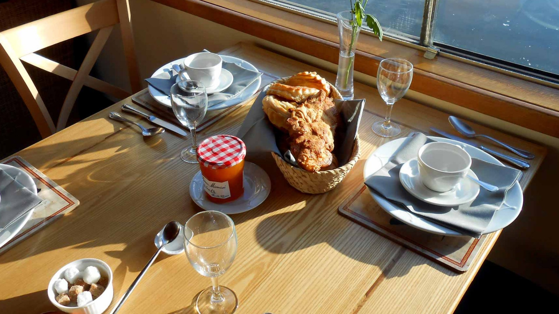 breakfast table on luciole barge