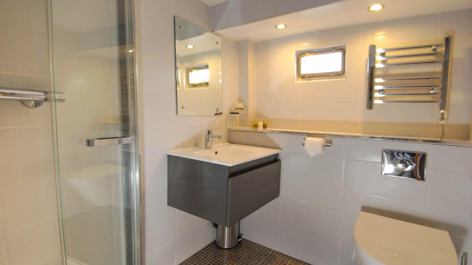 luciole barge bathroom